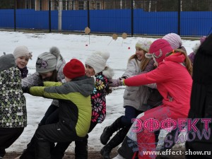Дети тянут канат на празднике масленицы